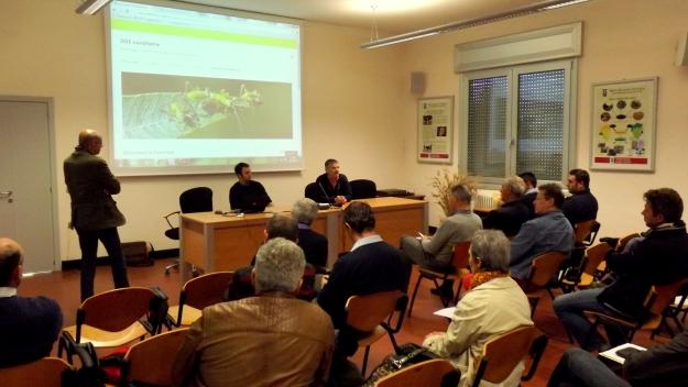 Un momento della riunione del 22 aprile. In piedi a sinistra Luca Mazzon (coordinatore per il DAFNAE), alla cattedra Giacomo Cavalletto (sinistra, DAFNAE) e Sergio Carraro (Serv. Fitopatologico)